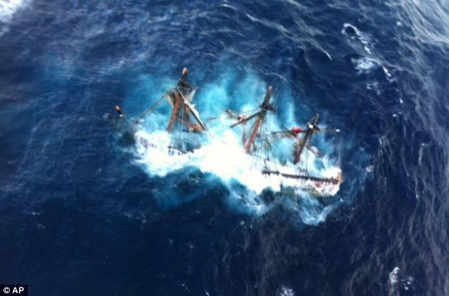 """Фрегат из """"Пиратов Карибского моря"""" пошел ко низу (фото)"""